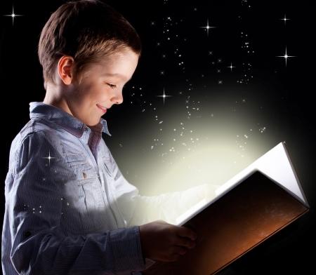 lezing: Kind opende een magische boek Stockfoto