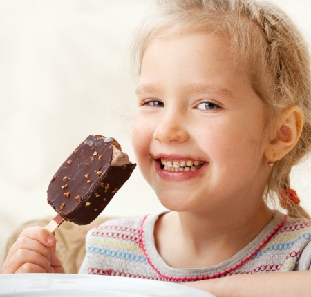 eating ice cream: Child eating ice cream. Little girl at home