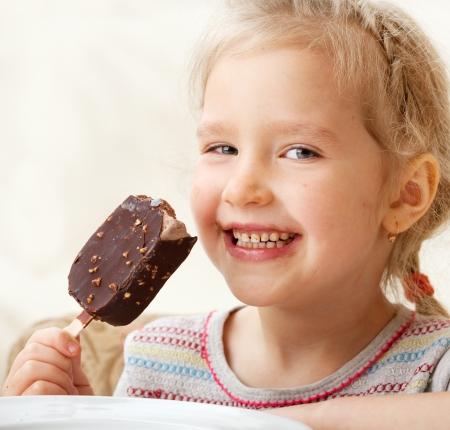 eating ice cream: Child mangiare il gelato. Bambina in casa