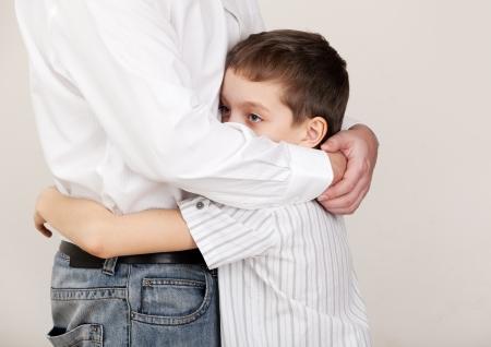 problemas familiares: Padre consuela a un niño triste. Los problemas en la familia. Dolor