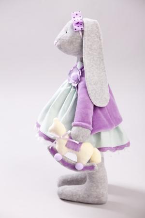 trabajo manual: Peluche de conejo. Muñeca hecha a mano Foto de archivo