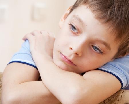 ni�os tristes: Muchacho triste. La depresi�n infantil en el hogar