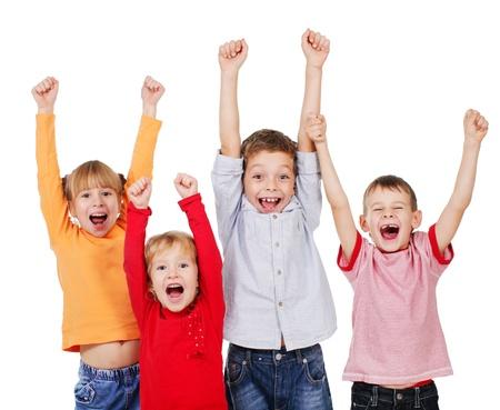 ni�o llorando: Ni�os felices con las manos para arriba aislados en blanco