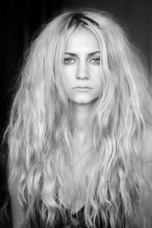 plan éloigné: Portrait belle femme aux cheveux longs et bouclés