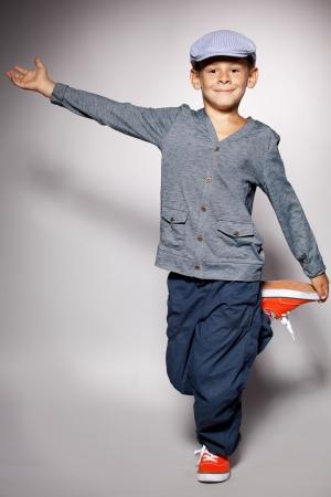 enfants dansant: Danser gar�on. Mode enfant heureux Banque d'images