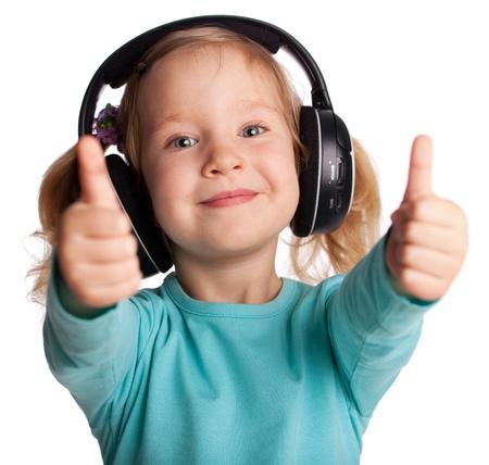 Gelukkig kind in de koptelefoon toont een duim omhoog