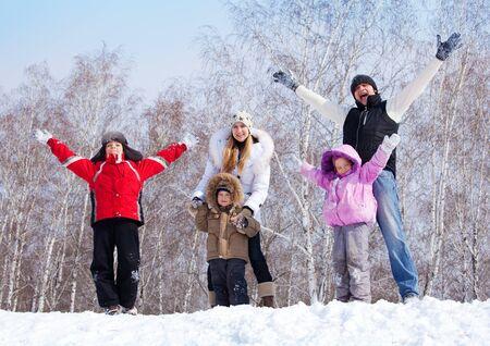 ropa invierno: Familia feliz warking en Winter Park Foto de archivo