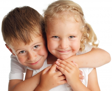 Niños felices aislados en blanco