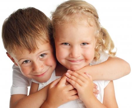 niño y niña: Niños felices aislados en blanco