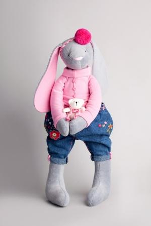 trabajo manual: Conejo de juguete suave. Trabajo manual Foto de archivo