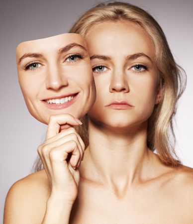 Angst: Frau versteckt unter dem gl�cklichen Maske. Heuchlerisch, unaufrichtig, mit zwei Gesichtern weiblichen