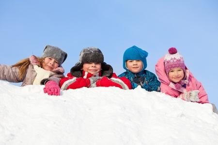 ni�os riendose: Ni�os en invierno. Felices los ni�os en la nieve Foto de archivo