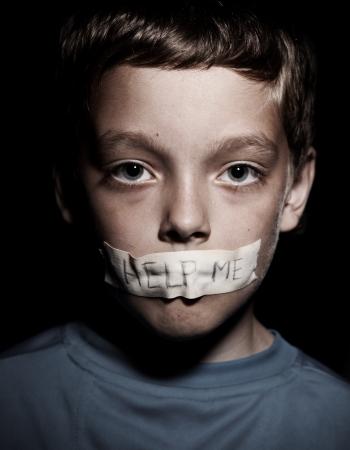 gente triste: Adolescente con la boca pegada, pidiendo ayuda. Triste, abuso muchacho. La violencia, la desesperaci�n. Foto de archivo
