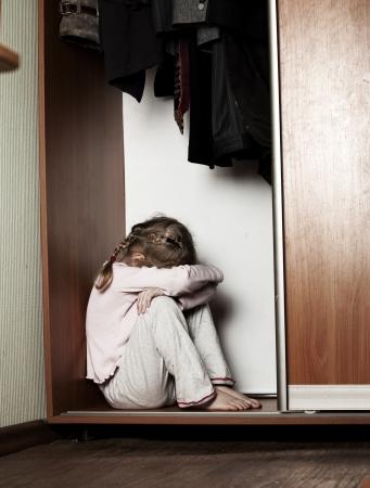 scared child: Muchacha triste. Ni�o deprimido en casa. Los problemas en la familia Foto de archivo