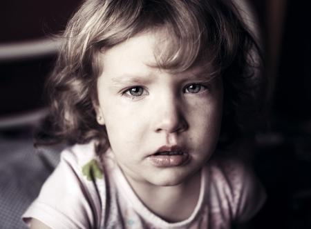 bambini: Piangere bambina. Abusi sui minori. Archivio Fotografico