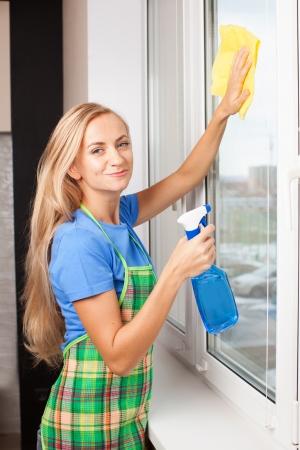 cleaning window: Donna finestra lavaggio. Finestra di pulizia casalinga a casa. Lavori di casa