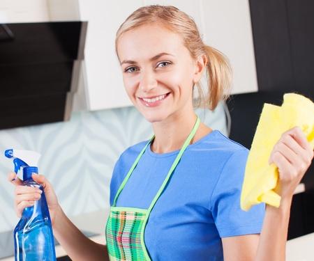 mujer limpiando: Mujer de limpieza cocina Mujer joven que se lava la casa