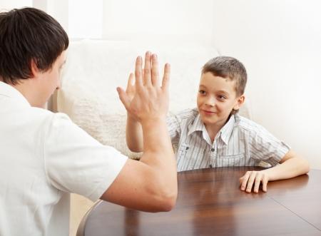 Gelukkige vader met zoon thuis