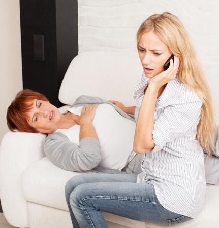 dolor de pecho: Llamando al 911 Mujer. Dolor cardíaco