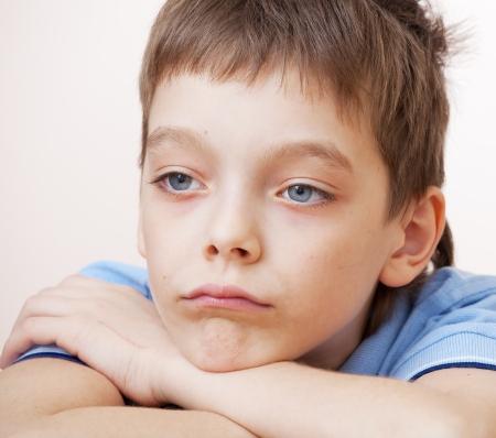 caras tristes: Muchacho triste. La depresi?n infantil en el hogar