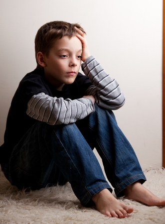 Sad jongen. Depressieve tiener thuis. Problemen bij familie Stockfoto