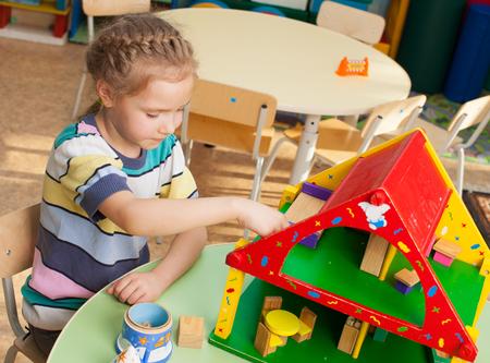 Kind im Kindergarten. Kids im Kindergarten. M?dchen spielen am Kindergarten. Spiel Standard-Bild