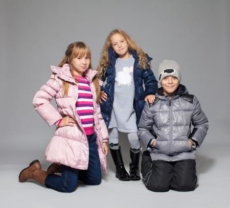 ropa de invierno: Los niños en ropa de invierno. Niños en chaquetas. Niño de la manera Foto de archivo