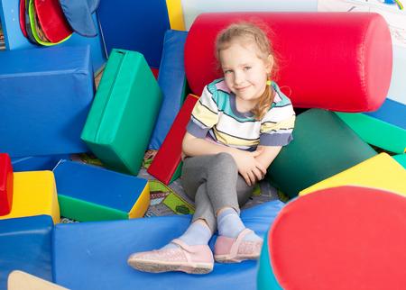 niños jugando en la escuela: Los niños en kindergarten. Los niños en la guardería. Chica jugando caja de ladrillos en la escuela infantil