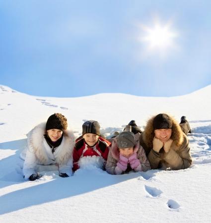 Familien mit Kindern im Schnee im Winter.