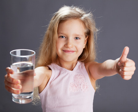 agua potable: Agua potable Ni�o de vidrio Foto de archivo