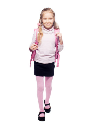 niños saliendo de la escuela: Niño con mochila. Muchacha con el bolso de la escuela aislado en blanco