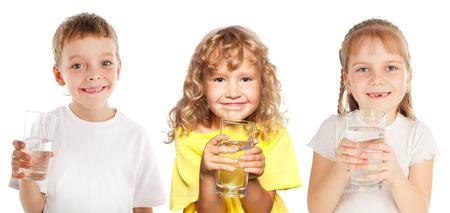 vaso de agua: Los niños con un vaso de agua aislado en blanco
