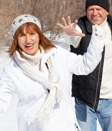 mature people: Felice coppia di anziani nel parco d'inverno. Anziani persone mature
