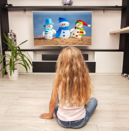 personas viendo television: Niño que pone en el suelo y viendo televisión en casa