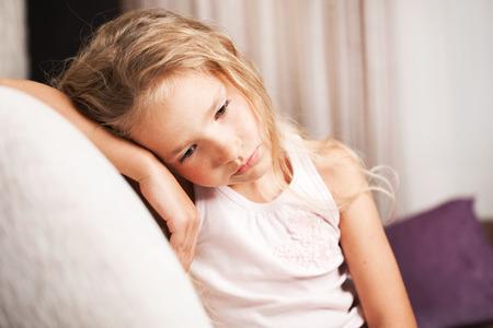 Verdrietig meisje thuis. Weinig kind stress. Misbruik
