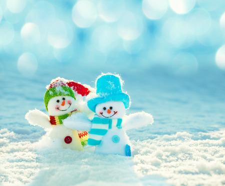 enero: Muñeco de nieve en la nieve. La decoración de Navidad. Invierno