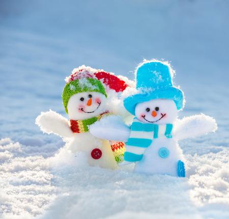 눈에 눈사람입니다. 크리스마스 장식입니다. 겨울 스톡 콘텐츠