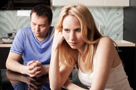 집에서 남자와 여자 사이의 갈등. 커플 문제