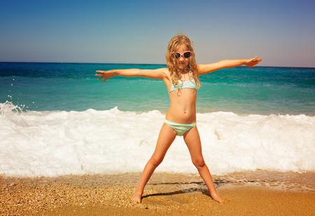 Kind op het strand. Meisje op vakantie op zee