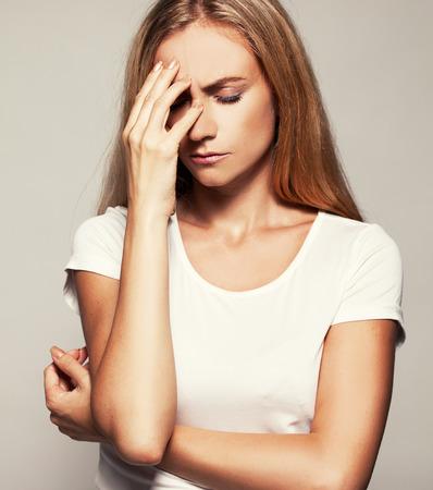 怒っている女性。悲しい女性。頭痛の種 写真素材