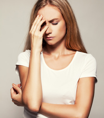 ojos tristes: Mujer trastornada. Mujer triste. Dolor de cabeza Foto de archivo