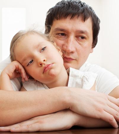 problemas familiares: Padre consuela a una niña triste. Los problemas en la familia Foto de archivo