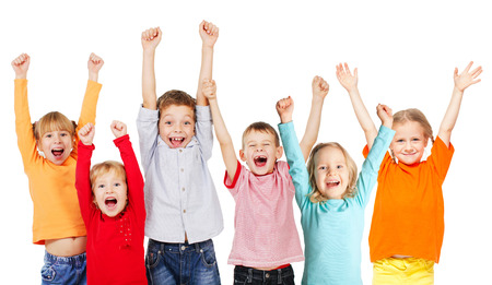 niño escuela: Niños del grupo de la felicidad con las manos en alto aislados en blanco