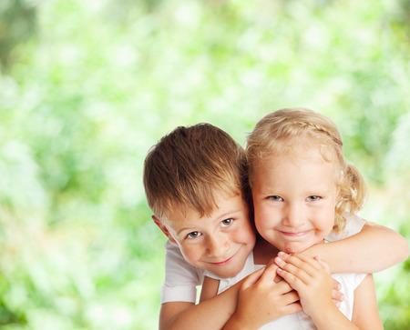 户外愉快的孩子。男孩和女孩在夏天