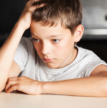 Trauriger Junge zu Hause. Unhappy Missbrauch Kind. Emotion Stress bei Jugendlichen Standard-Bild