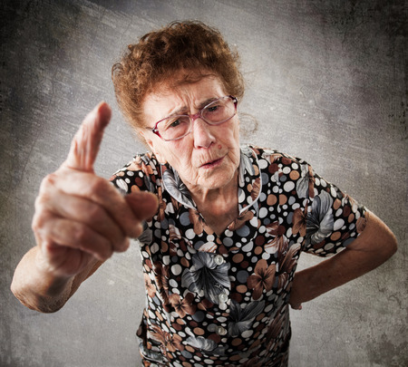 dedo apuntando: Regañado la anciana. Superior da instrucciones. Abuela Anger