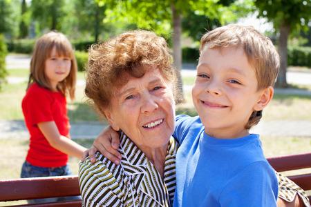 Старая бабка с внуком 7 фотография