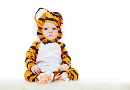 tigre bebe: Bebé vestido como un tigre. mascarada Foto de archivo