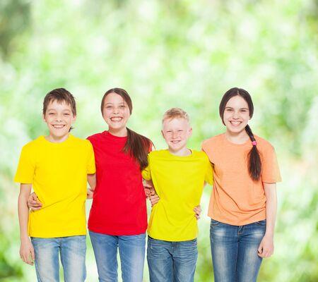 niños jugando en la escuela: Grupo feliz de los niños en verano. Sonrisa adolescente. Niños y niñas Frendship