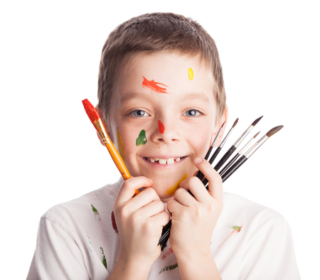 brocha de pintura: Niño con pincel. Pintura del muchacho aislado en blanco